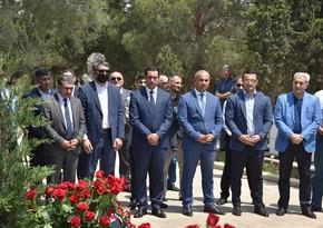 İdman ictimaiyyəti Azad Rəhimovun məzarını ziyarət etdi