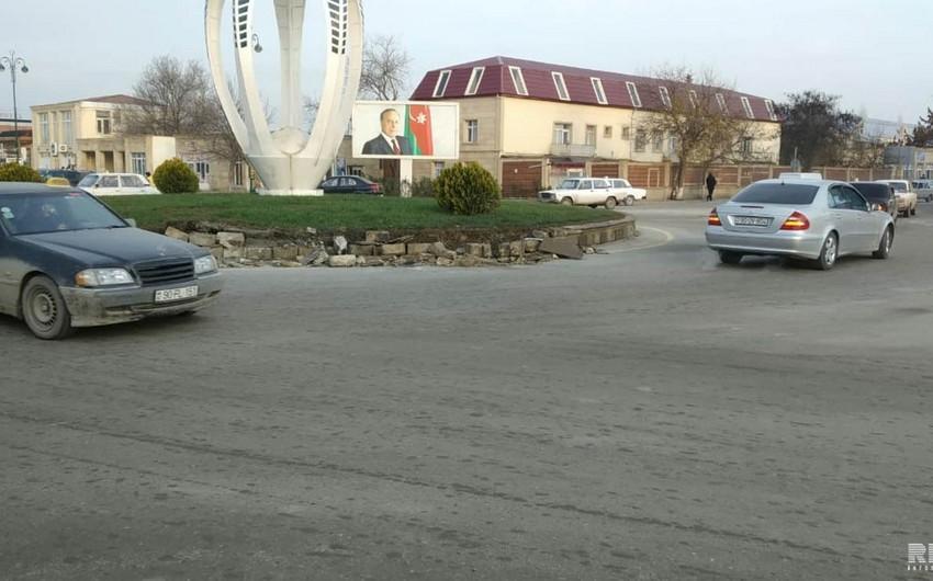 В Кюрдамире автомобиль врезался в бетонное ограждение, водитель пострадал - ФОТО - ВИДЕО