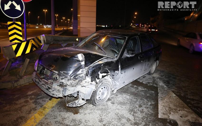 Heydər Əliyev prospektində avtomobil dirəyə çırpılıb, 2 nəfər yaralanıb - FOTO - VİDEO - YENİLƏNİB