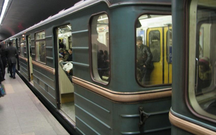 Bakı metrosunda huşunu itirən gənc relslərin üstünə yıxılıb