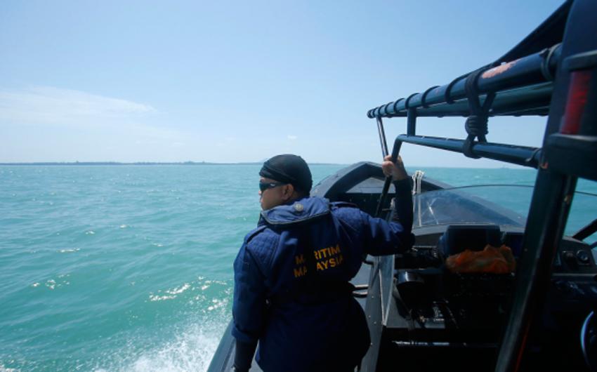 Malaziyada gəmi batıb, 15 nəfər itkin düşüb