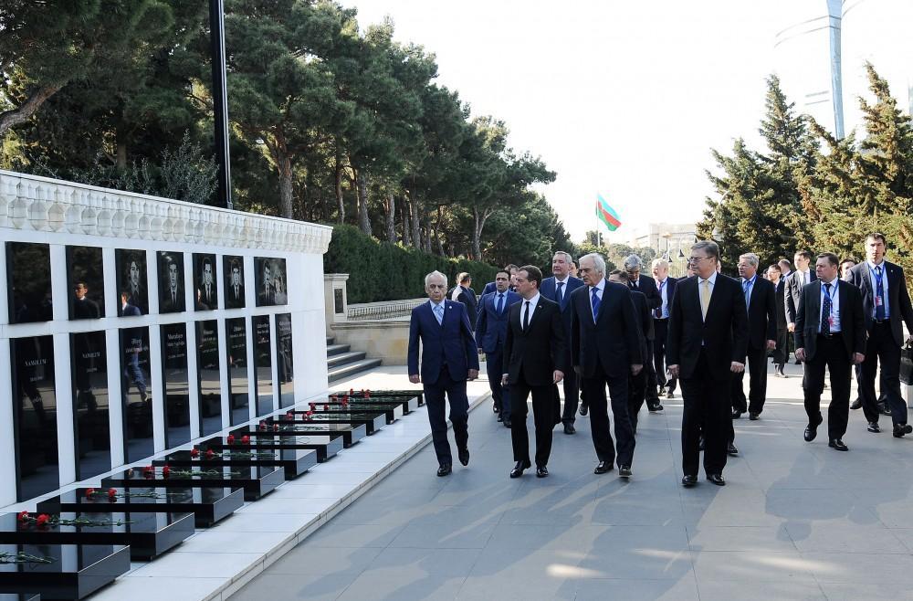 Medvedev Fəxri xiyabanı və Şəhidlər xiyabanını ziyarət edib