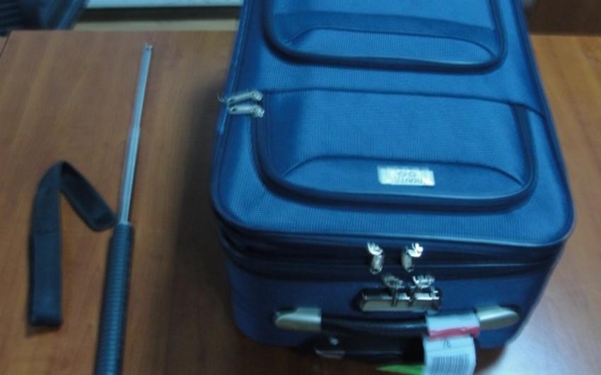 Bakı aeroportunda sərnişinin çantasında metal dəyənək aşkarlanıb