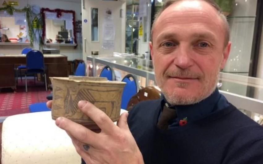 Britaniyalı bazardan təsadüfən 4 min il yaşı olan fincan alıb