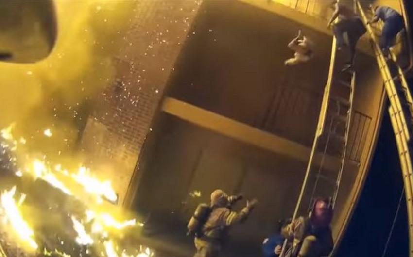 В США пожарный поймал сброшенную с третьего этажа девочку - ВИДЕО