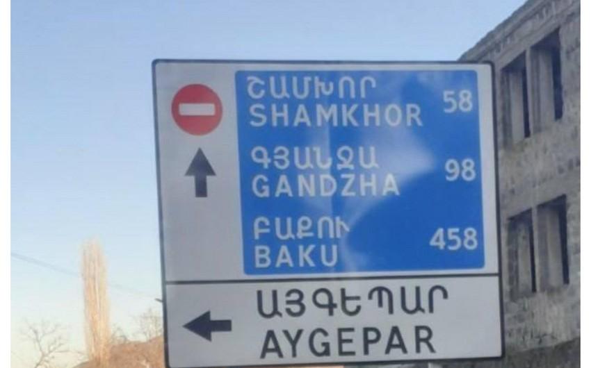 Ermənistanda yol kənarında Azərbaycan şəhərlərinin adları olan lövhə quraşdırılıb