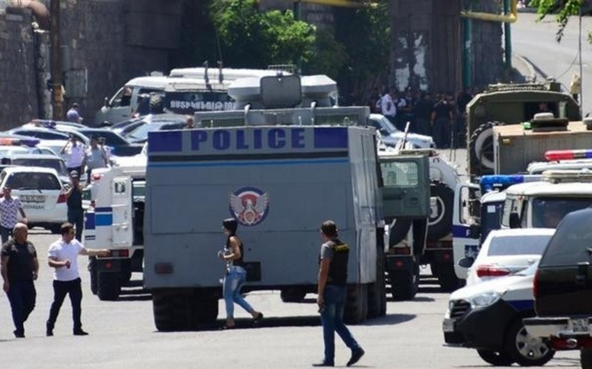 Ermənistanda polisə silahlı hücum, yaralananlar var