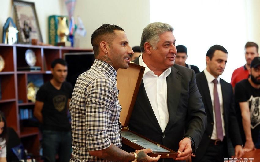 Azad Rəhimov portuqaliyalı futbolçunu diplomla təltif edib