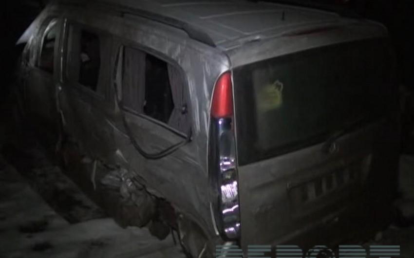Kürdəmirdə mikroavtobus qəza törədib, 3 nəfər ağır yaralanıb - FOTO