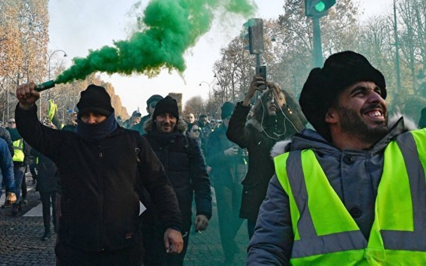 Police use gas and smoke pellts against the  yellow vests in Paris