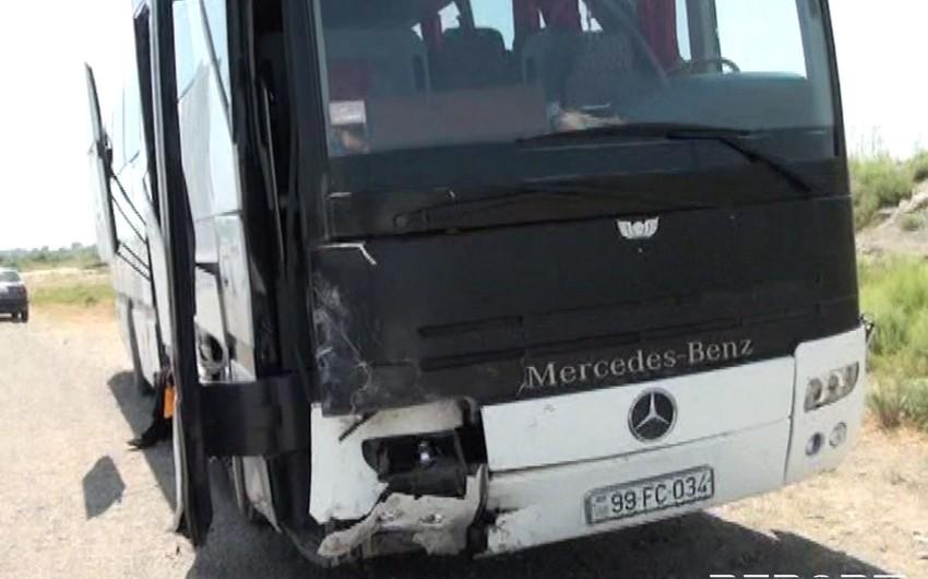 Bakı-Lənkəran sərnişin avtobusu qəzaya düşüb, yaralananlar var - FOTO