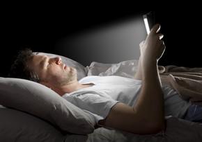 Врач рассказал, почему опасно спать рядом со смартфоном