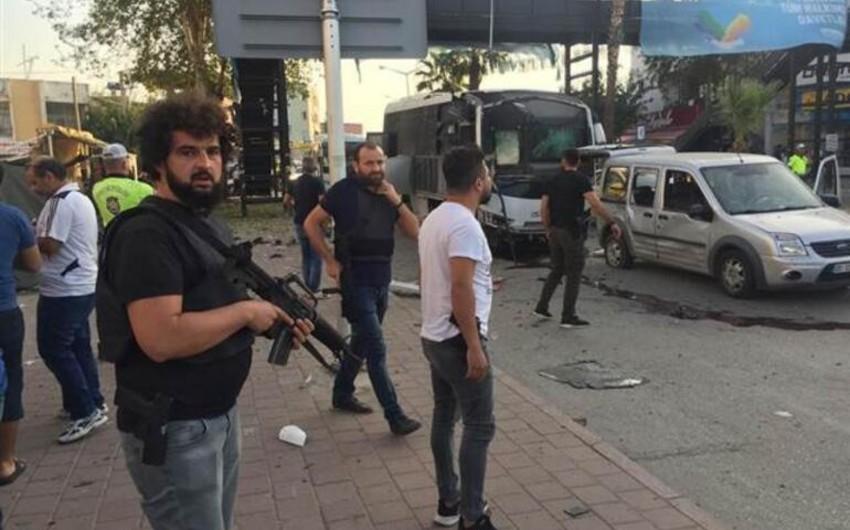 Türkiyədə polis avtomobilinə hücum olub, yaralananlar var