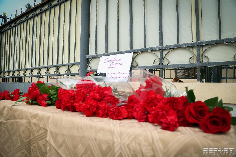 К посольству России в Баку возлагают цветы - ФОТО