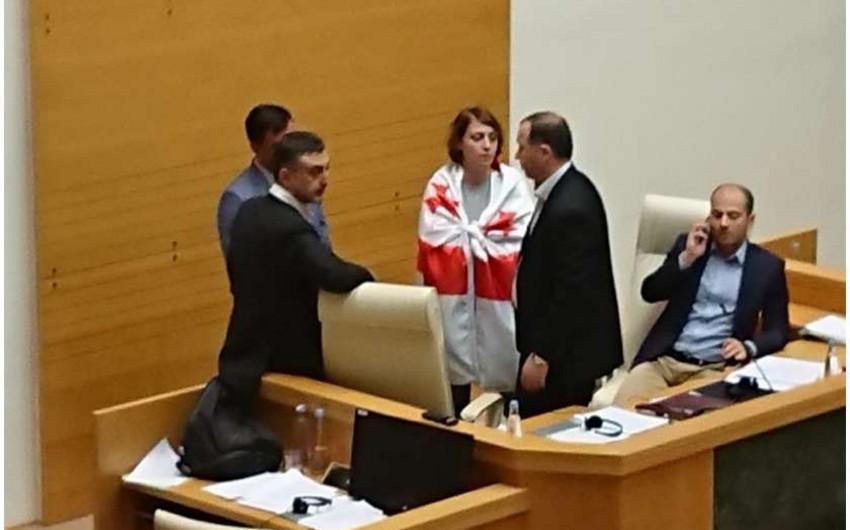 Gürcüstan parlamentində mübahisə olub, beynəlxalq tədbir yarımçıq qalıb