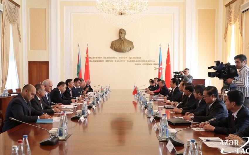 Novruz Məmmədov Çin parlamentinin sədri ilə görüşüb
