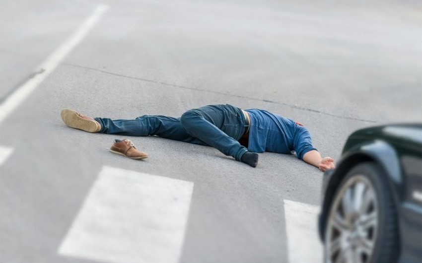 Bakıda avtomobilin vurduğu piyada öldü