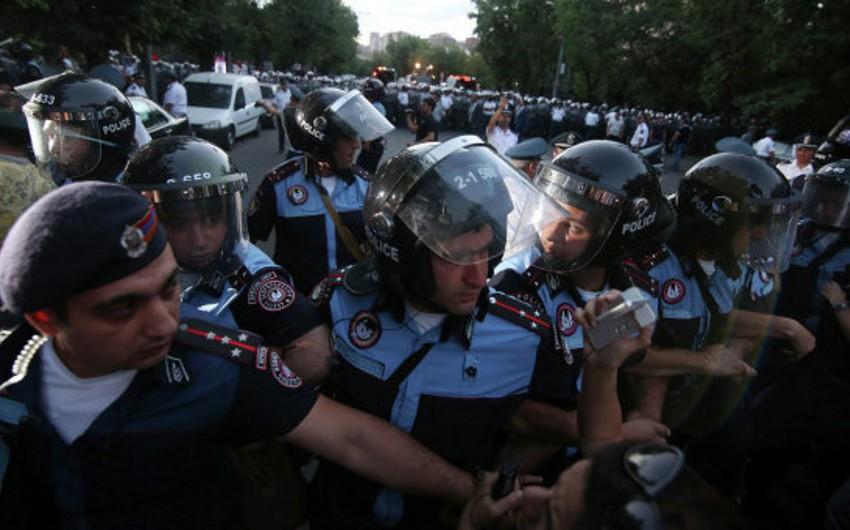 Etirazçılar Yerevandakı Azadlıq meydanında oturaq aksiyanı dayandırır