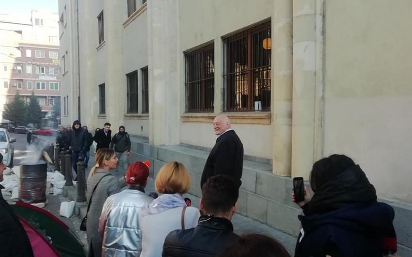 Gürcüstanda etirazçılar deputatları parlamentə buraxmırlar
