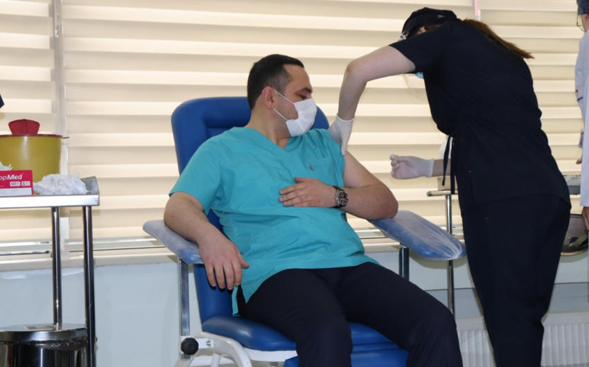 Oqtay Şirəliyev,  Ramin Bayramlı və Zaur Əliyevə koronavirus əleyhinə peyvənd vurulub