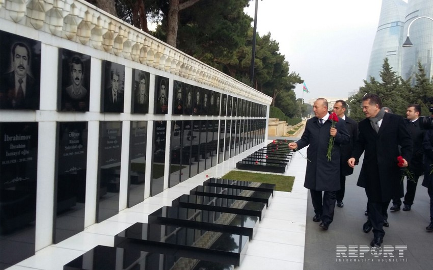 Turkish FM visits the Alley of Honor and Alley of Martyrs - PHOTO