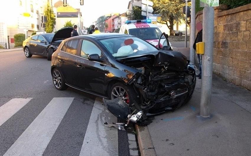 Qusarda dirəyə çırpılan avtomobilin sərnişini öldü