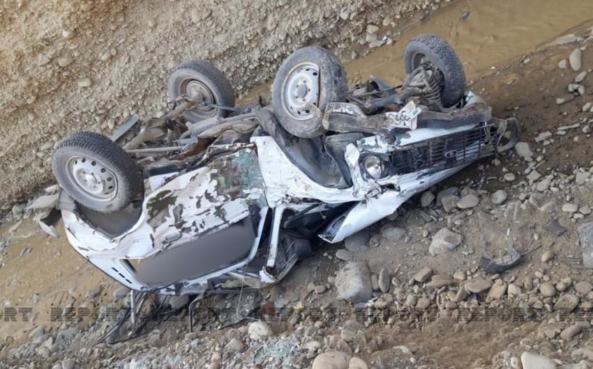 Qubada avtomobil qayadan aşıb, sürücü ölüb
