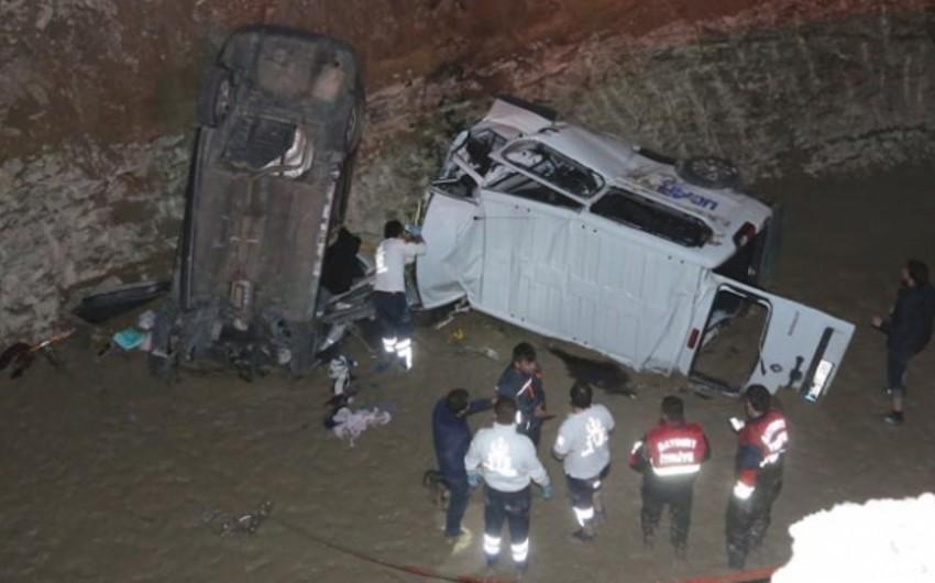 Türkiyədə avtomobil və mikroavtobus kanala düşüb: 8 nəfər ölüb, 4 nəfər yaralanıb