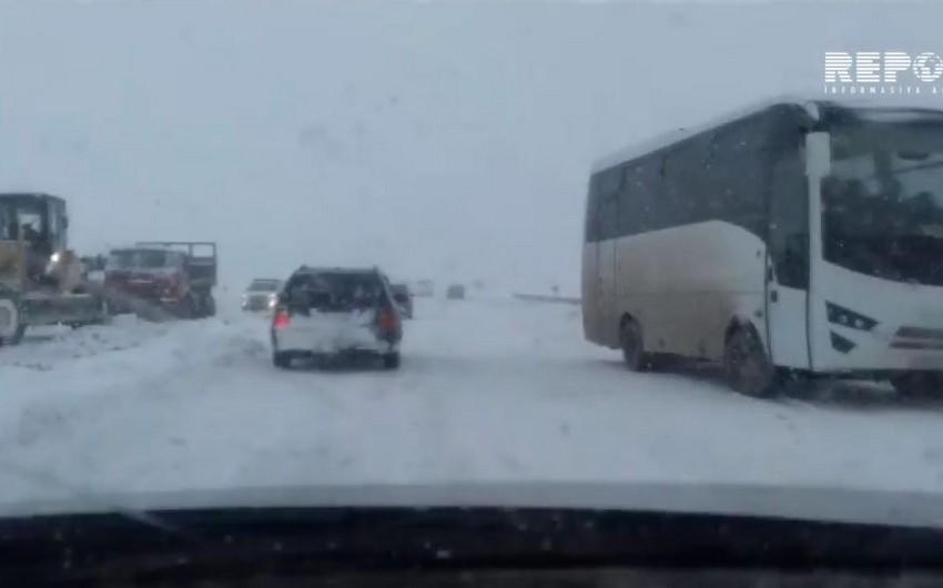 Bakı-Şamaxı-Yevlax magistralında nəqliyyatın hərəkəti məhdudlaşıb - VİDEO