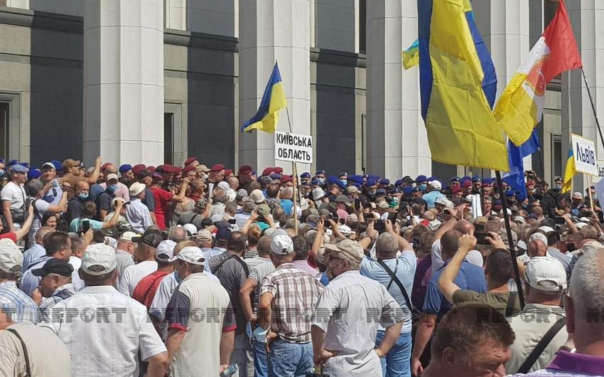 Ukraynada bir qrup keçmiş hərbçi və polis parlamentin qarşısında aksiya keçirir - VİDEO