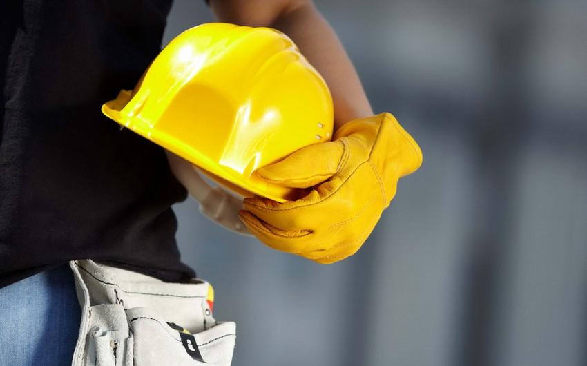 В Баку рабочего насмерть зажало между потолком и лифтом