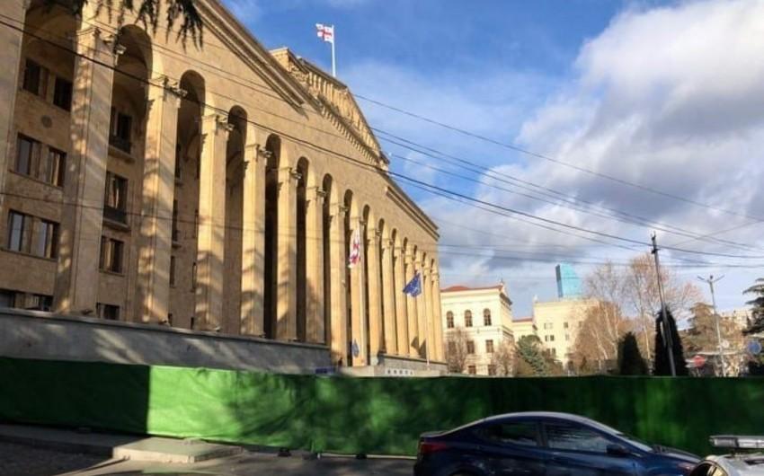 Gürcüstan parlamentinin binasının qarşısı bağlanıb