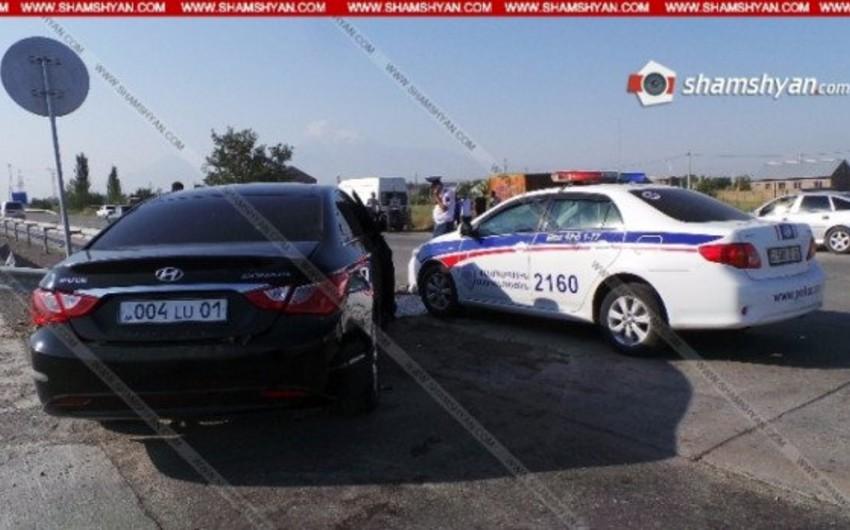 Yerevan meri müavininin xidməti avtomobili qəzaya uğrayıb, 5 nəfər yaralanıb