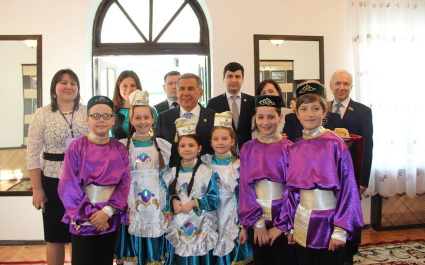 Tatarıstan rəhbəri Azərbaycanın tatar diasporu ilə görüşüb