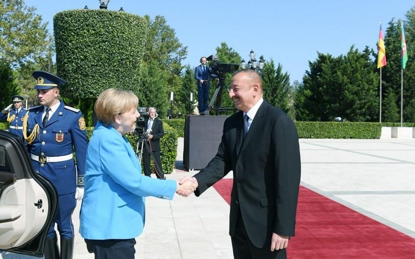 Angela Merkelin rəsmi qarşılanma mərasimi olub - VİDEO