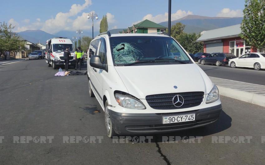 Şəkidə mikroavtobus piyadanı vuraraq öldürüb