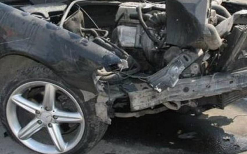Avtomobil yoldan çıxaraq maneəyə çırpılıb: 1 ölü, 1 yaralı