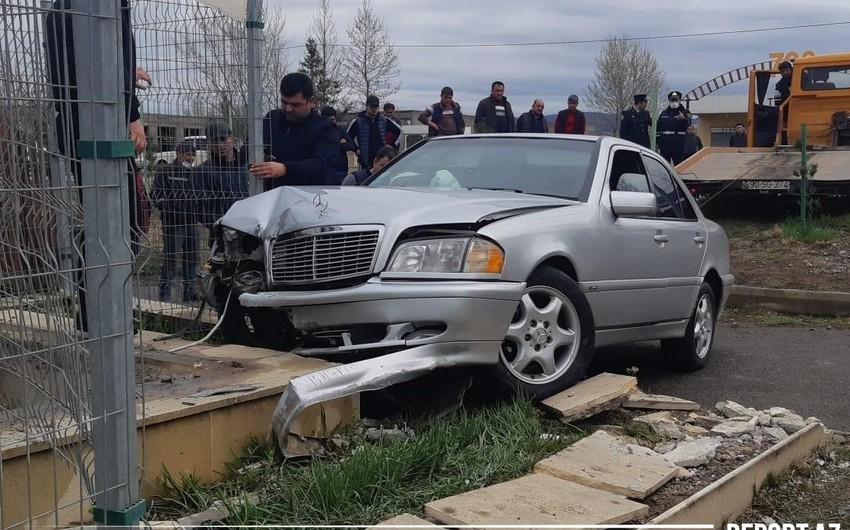 Ağstafada avtomobil transformatora çırpıldı, onlarla ev işıqsız qaldı