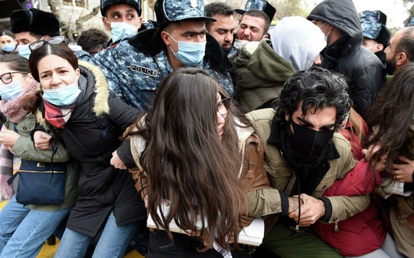 В Ереване задержаны участники акции протеста у здания минздрава