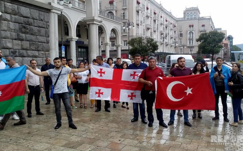 Азербайджанская молодежь провела акцию протеста перед зданием посольства Армении в Грузии