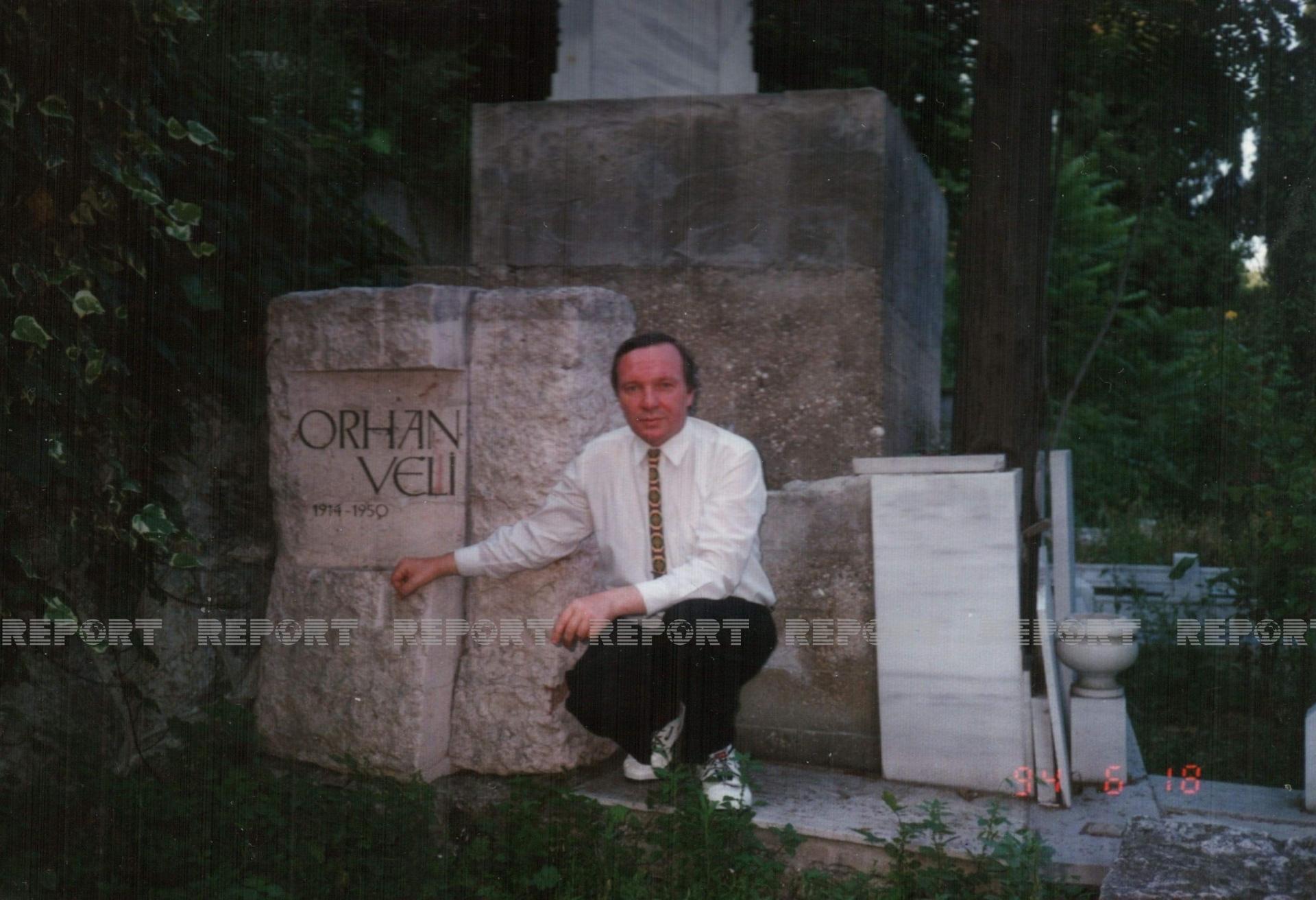 Miroşniçenko İstanbulda Orxan Vəlinin məzarı önündə