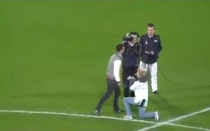 Futbol matçında gənc qızdan evlilik təklifi alan oğlan stadiondan qaçıb - VİDEO