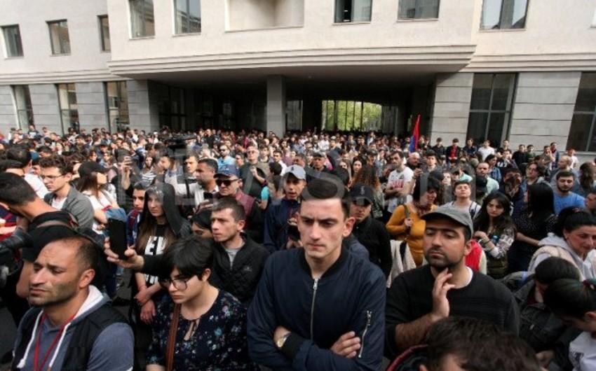 Yerevanda aksiya iştirakçıları yenidən Ermənistan XİN-in binasını mühasirəyə alıblar