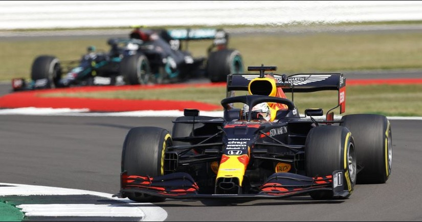 Пилот Ред Булл Ферстаппен выиграл Гран-при 70-летия Формулы-1