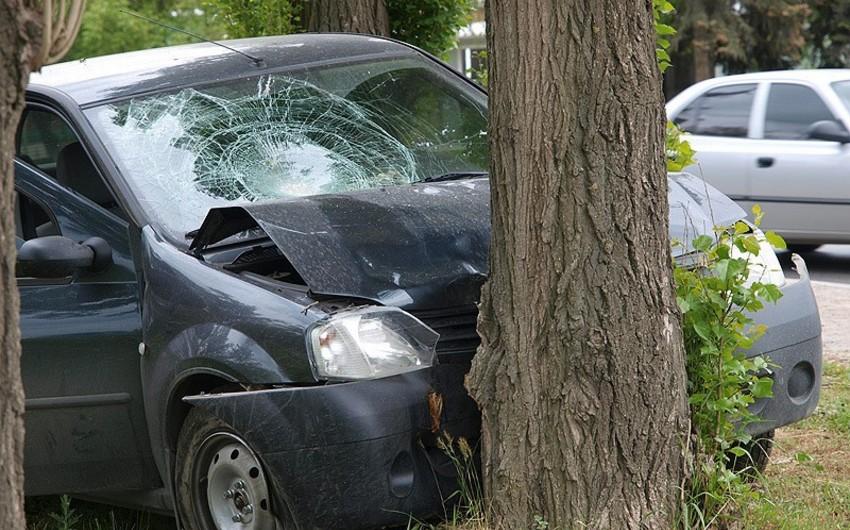 Ağstafada avtomobil ağaca çırpılıb