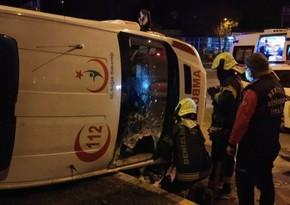 Türkiyədə mikroavtobus təcili yardım maşını ilə toqquşdu, xəsarət alanlar var