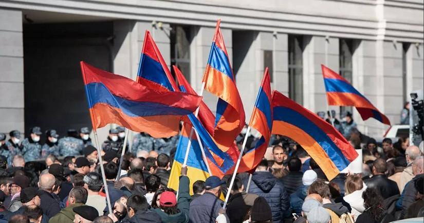 В Ереване оппозиция собралась на митинг у стен парламента
