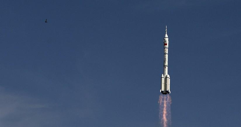Китай запустил корабль с тремя космонавтами к орбитальной станции