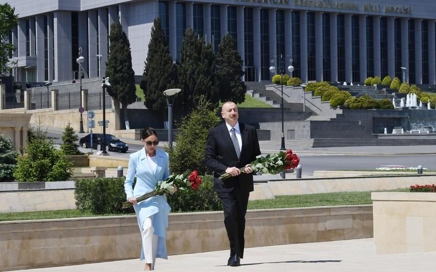 İlham Əliyev və Mehriban Əliyeva Həzi Aslanovun məzarını ziyarət ediblər - YENİLƏNİB