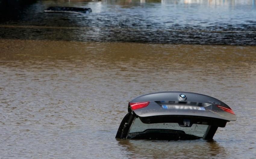 Yevlaxda toydan qayıdan sərxoş sürücü avtomobilini kanala aşırıb